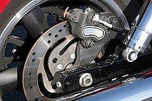 リヤブレーキも油圧ディスクブレーキを採用。フロントのシングルディスクブレーキとの組み合わせで、十分な制動力を発揮する。ブレーキディスクのインナーに彫られた、ウェイブ状のパターンがユニーク。