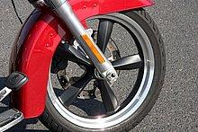 ホイールは個性的な「カスタム5スポークホイール」。フロントは18インチで、タイヤサイズは130/70B18M/C 63H。リヤは17インチで、160/70B17M/C 73Hのタイヤを装着する。