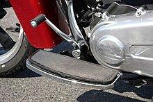 ステップは「フットボードスタイル」を採用。自由な乗車姿勢をとることができ、ロングツーリング時の疲労度を軽減。シフトペダルはリターン式。