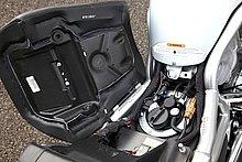 ガソリンタンクとその給油口はシート下に設置されている。ちなみに、横開き式のこのシートに施錠機構は準備されていない。