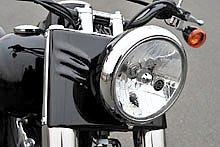 FL らしいボリューム感のあるヘッドライト&ナセルは、クロームメッキとブラックを程良く組み合わせた。2005 モデルから採用されるハーレーのマルチリフレクターヘッドライトは、中央にバー&シールドのマークが付くのが特徴だ。