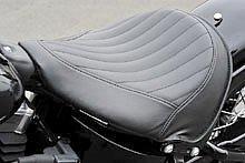 ソロシートもソフテイルスリムの専用装備。3枚構成のレザーで縫い目を強調するいにしえのデザイン。加重時シート高 605mm は、ハーレーのラインナップ中もっとも低く、足つき性は申し分ない。
