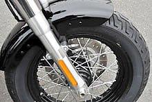 フロントは 16 インチのスポークホイールでリムは黒い。専用装備となる新デザインのトリムド FL スタイルフロントフェンダーと組み合わされた。ブレーキは ABS を標準装備。