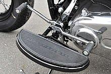 フットボードは足を投げ出した位置に待ち構えており、日本人の平均的な体型にジャストフィット。ハーフムーンタイプで、トラディショナルなムードが FLS によく似合う。