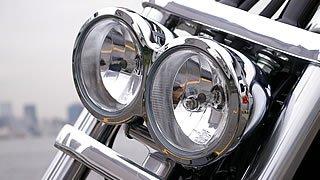最大の特徴といえるデュアルヘッドライト。ダイナファミリーだけでなく、これまでのハーレーにもなかった斬新なカスタムスタイルだ。レンズはマルチリフレクターで光量も十分。
