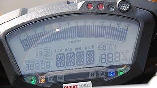 コクピットに鎮座する大型液晶パネルのデジタルメーター。回転数をバーグラフ、スピードをデジタル数字で表示するほか、左ハンドルのアップダウンスイッチで、タイムやUSBメモリの内容などを表示することもできる。