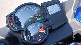 """BMWではR1200シリーズが登場した頃から、フル電子制御のメーターユニットを採用。メーターの透過照明は、昔""""最も視認性が高い""""とクルマに採用していたオレンジ色。メインキーをオンにするとメーターがフルスケールを往復する。"""
