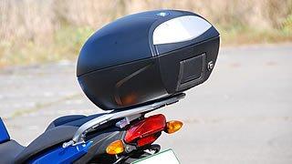 「F800ST」はテールキャリアがトップケースステーを兼ねており、そのまま純正オプションのトップケースを装着可能。コンパクトながらフルフェイスヘルメット1個を収容できる。またパニアケースステーも標準装備されている。