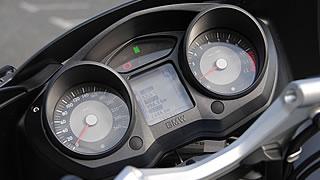一連のBMW現行モデルのメーターとは異なり、カウルにビルドインされた立派な二眼式メーター。中央の液晶ディスプレイはボードコンピューターで、外気温、燃費、残走行距離など、ツーリングに必要な情報が一目でわかる。
