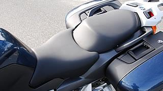 たっぷりした厚みを持つシートは長時間乗ってもオシリが痛くならない適度なコシがある。ライダー側が二段階(800mm/820m)に高さを調整可能。オプションでシートヒーターを装備することも可能だ。