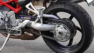 S2/4Rシリーズを印象付ける片持ち式スイングアーム。極太アルミチューブで形作られ、リンクを介してリアショックを作動させる。スーパーバイクシリーズをはじめ、ドゥカティのオハコともいえるテクノロジーだ。