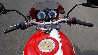 バーハンドルに大きな2眼式メーターを備えるコクピット周りはオーソドックスなもの。モンスターのバーハンドルは一文字に近いようなワイドタイプだが、それでもライディングポジションに違和感はない。