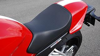 シートは細身で上下向に厚みのある形状。前後方向にあまり自由度はないが、柔らかくてコシのあるためワインディングまでシーンを選ばない。シートカバーを外せばパッセンジャー用の小振りな座面が現れる。