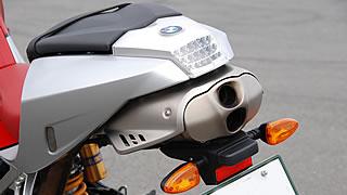 先代R1100Sから受け継ぐ、テールカウル内にサイレンサーを収める形式のハイアップマフラー。テールライトはLED式で、それ以外の灯火類を簡素化。サーキット走行時には簡単に取り外すことができる。