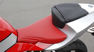 スポーツモデルらしくシートは830mmと高め。体重移動による入力をしやすくするためフラットな形状になっている。そのため足付き性はあまりよくない。テールカウルには一応タンデムシートが付く。