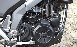 3モデル共通のエンジンは味付けを変更されスポーティになっているが、熟成極り信頼性は十分。フレームは色の変化した部分でボルト連結される4ピース構造。内側に特徴的なサブフレームがある。