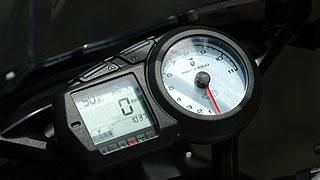 スピードはデジタル式、タコメーターはアナログ針式。多機能ディスプレイは燃料計、油温計、時計のほか、平均速度や平均燃費、給油走行可能距離表示なども備えている。
