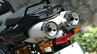 2本のエキゾーストパイプはエンジン下で一度集合し、サブフレームに沿って跳ね上がった後、サイレンサーエンドで再び2本に分かれる。昨今のスーパーバイクの流行にも通じる、ドゥカティらしいデザインだ。