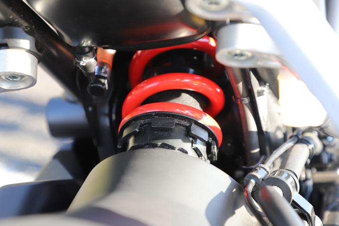 【ホンダ CB250R 試乗記事】抜群の軽さと上質な走りを誇るロードスポーツが、足つき性を向上して進化の画像