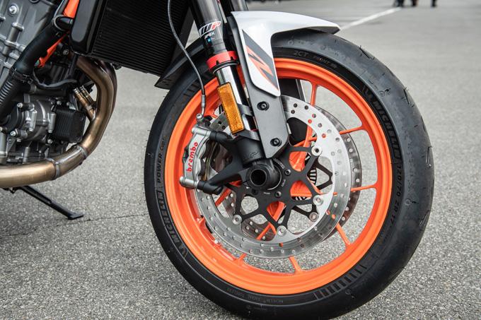 【KTM 890デュークR 試乗記】超軽くて俊敏で足もイイ!コーナーを鋭く切り取る「超外科用メス」の実力とは!?の10画像