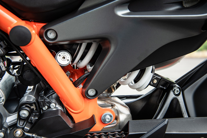 【KTM 890デュークR 試乗記】超軽くて俊敏で足もイイ!コーナーを鋭く切り取る「超外科用メス」の実力とは!?の17画像