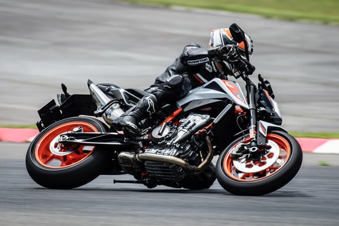 【KTM 890デュークR 試乗記】超軽くて俊敏で足もイイ!コーナーを鋭く切り取る「超外科用メス」の実力とは!? メイン画像