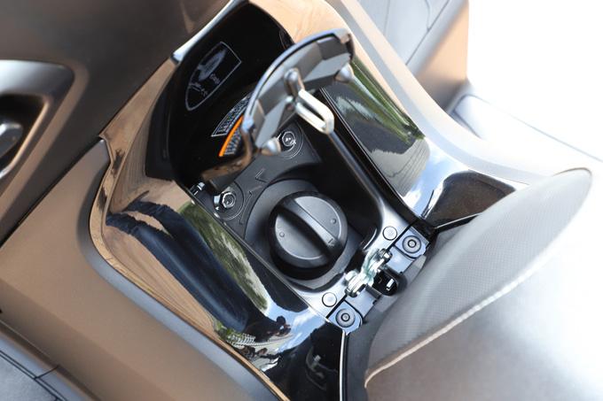 【ヤマハ トリシティ300 試乗記】フロント2輪で抜群の安定感と自然な旋回性を誇る「LMW」に自立サポート機能を装備したニューモデルが登場の15画像