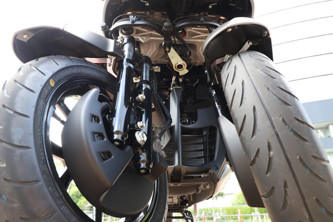 【ヤマハ トリシティ300 試乗記】フロント2輪で抜群の安定感と自然な旋回性を誇る「LMW」に自立サポート機能を装備したニューモデルが登場の19画像