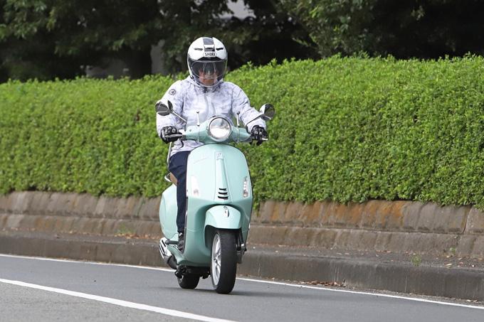 【ベスパ プリマベーラ150 試乗記】美しいボディラインが生み出す優雅さと、現代的な装備&走りを兼ね備えたイタリアンスクーターの03画像