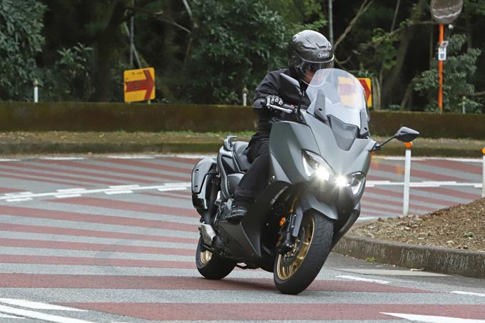 """【ヤマハ TMAX560 テックマックス ABS 試乗記】排気量アップで走りと快適性がさらに進化!スクーターを超えた""""オートマチックスポーツ""""の05画像"""