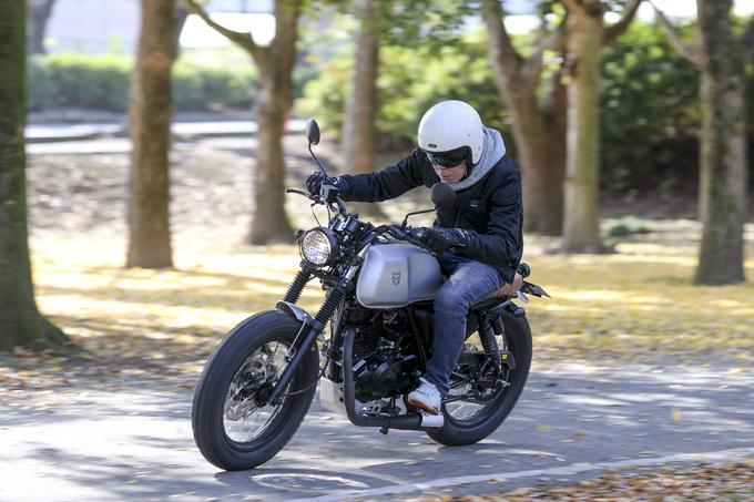 【マット アキタ250試乗記】イギリスのビルダーが生み出した、空冷単気筒のカスタムバイクの04画像