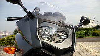 異形のヘッドライトが二つ連なる独特の表情がF800Sの特徴。ライトの光量はナイトランでも全く問題が無い。スクリーンは低めだが、先端部に折り返しがついているため、見た目以上に防風性能が高くなっている。