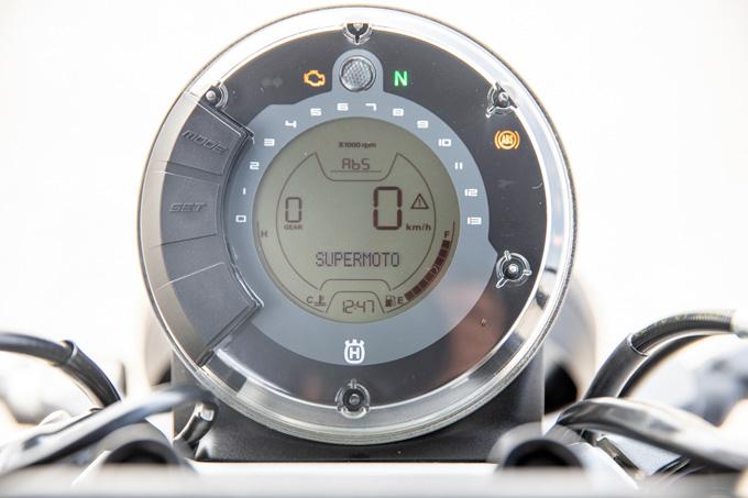 【ハスクバーナ スヴァルトピレン 125 試乗記】高回転型エンジンの旨味を堪能できる、400ccクラスのブレーキ&サスペンションの09画像