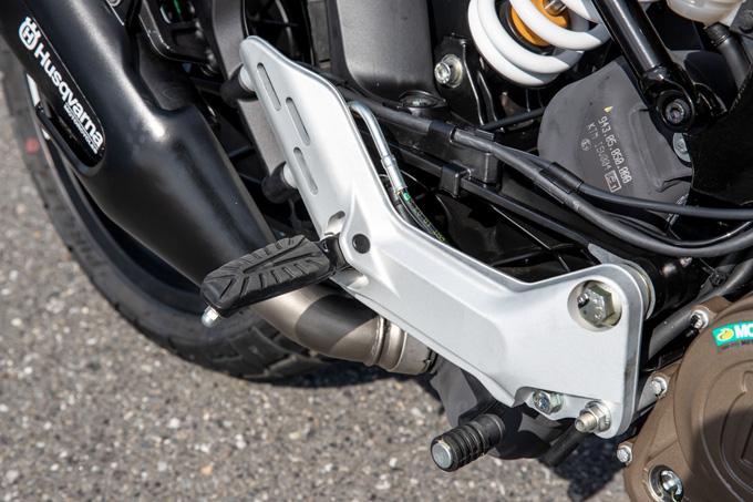 【ハスクバーナ スヴァルトピレン 125 試乗記】高回転型エンジンの旨味を堪能できる、400ccクラスのブレーキ&サスペンションの14画像