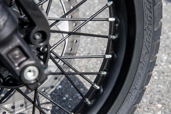 【ハスクバーナ スヴァルトピレン 125 試乗記】高回転型エンジンの旨味を堪能できる、400ccクラスのブレーキ&サスペンションの16画像