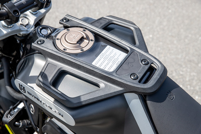【ハスクバーナ スヴァルトピレン 125 試乗記】高回転型エンジンの旨味を堪能できる、400ccクラスのブレーキ&サスペンションの20画像