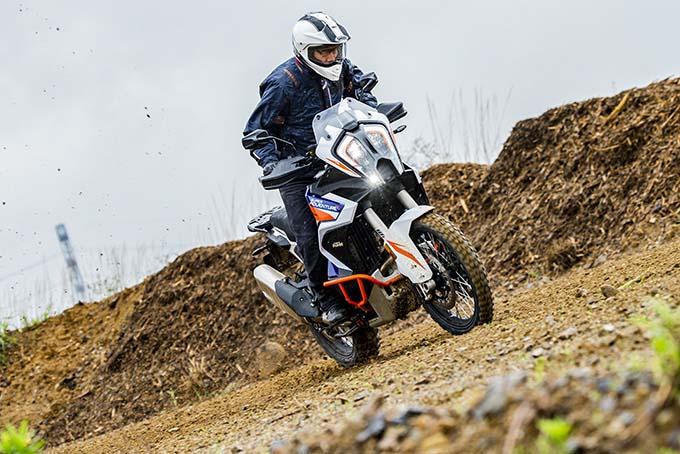 【KTM 1290スーパーアドベンチャーS/R 試乗記】ACCで高速クルーズがさらに楽で安全に!ガチオフ仕様の「R」も過激に優しく全方位進化! メイン画像