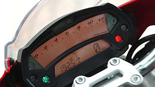 スピード、タコともにデジタル式のメーターまわり。上画面のタコメーターは1万2000回転まで表示。下画面はトリップ、油温、速度計となっている。各種インジケーターも見やすい位置に配置されている。