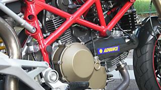 空冷Lツイン最大排気量となる1100cc。かつてのストリートモデル900SSから熟成を重ねた究極のエンジン。モタードスタイルでありながら、トレリスフレームにつり下げられるレイアウトは、やはりドゥカティだ。