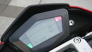 各種インジケーターとデジタル画面のみで、ボタンのないメーターまわり。ハンドル左側のモードスイッチにより、オド、トリップ、時計のほか、ラップタイム計測機能が切り換えられる。計測スイッチはハイビームスイッチと兼用。