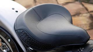 全モデルで唯一サドルシートを採用。シート下に設けられたスプリングは路面からの衝撃をしなやかに受け止める。シートレザーは複数のレザーを丁寧に縫い込んだもので、縫製部分は防水性も高い。