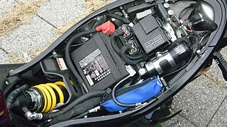 シートをはずすと、バッテリーとECU、各種センサーなどの電装品が見える。このほか、リアサスペンションのリザーバータンクもここにあり、細かなサスセッティングはシートをはずして行う必要がある。