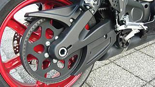メンテナンス性に優れるのが、ベルトドライブシステムの利点。ブレーキペダル下にはローラー型のテンショナーが装備されている。ロングライフ&メンテフリーだが、ファイナルの変更はむつかしい構造だ。