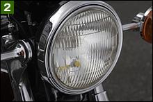 ヘッドライトはカワサキ純正のスタンレー製。残念ながらレンズは黄ばみ、キズも入っていた。交換時にはシビエやマーシャルに? それともカワサキ純正のスタンレー製に? 今後考えましょう。