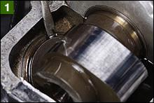 タペットシムを取り外す段取りとして、タペット本体を細いマイナスドライバーで回転させて切欠き部分を上側に向ける。この切欠き部分にピンセットを潜り込ませてシムを抜き取るのだ。