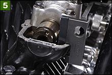 規定のタペットクリアランスから外れていた際には、クランクを回してバルブを押し下げ、その状態で専用工具をセットする。専用工具の爪先をタペット本体に引っ掛け、ヘッドに固定するのだ。
