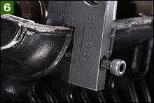 専用工具をセットする際には、ヘッド側に工具の固定ボルトを押し付ける座があるので、その座へのフィット状況を確認しながら作業を進めよう。