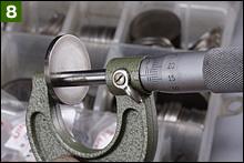 抜き取ったタペットシムには厚さ表示があるが、消えて見えなくなっているケースもあるので、そのような場合はマイクロゲージで正式な厚さを測定する。表示が260の場合は厚さが2.60mmである。