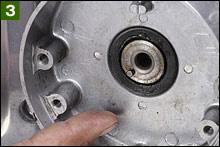 スパークアドバンサーを締め付けるボルトを抜き取り、クランクシャフトエンドのオイルシールコンディションを確認しよう。この段階でオイル滲みがあったり、オイルシール周辺が汚れている場合は、オイルシール不良を疑うことができる。シール不良の場合はポイントケースごと分解し、オイルシールを交換する。