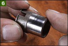 ポイントカム面が磨耗していたり段差があったり、バリが発生していないか指先でしっかり確認する。磨耗があるときには、パーツを交換(アッセンブリー)した方が賢明だ。磨耗の原因はポイントヒールへの潤滑グリス不足だ。ポイントベースのオイルフェルトが乾燥していないか?復元時にグリスアップしておこう。